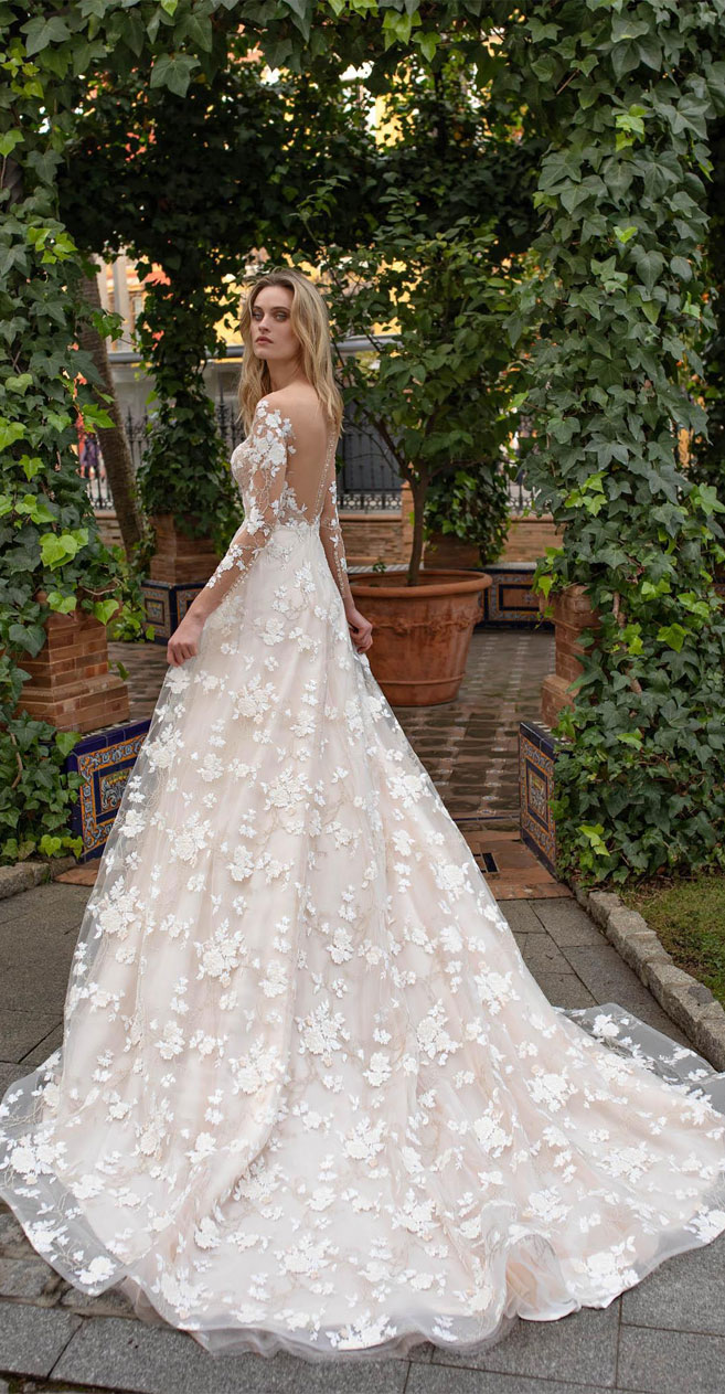 A Breathtaking wedding dress with graceful elegance