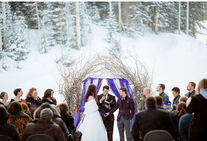 Winter wedding in snow From Amy Lashelle https://www.itakeyou.co.uk/wedding/purple-winter-wedding-photography/ Winter wedding ideas,purple winter wedding themes,wedding in snow,bride and groom in snow,wedding ceremony in snow