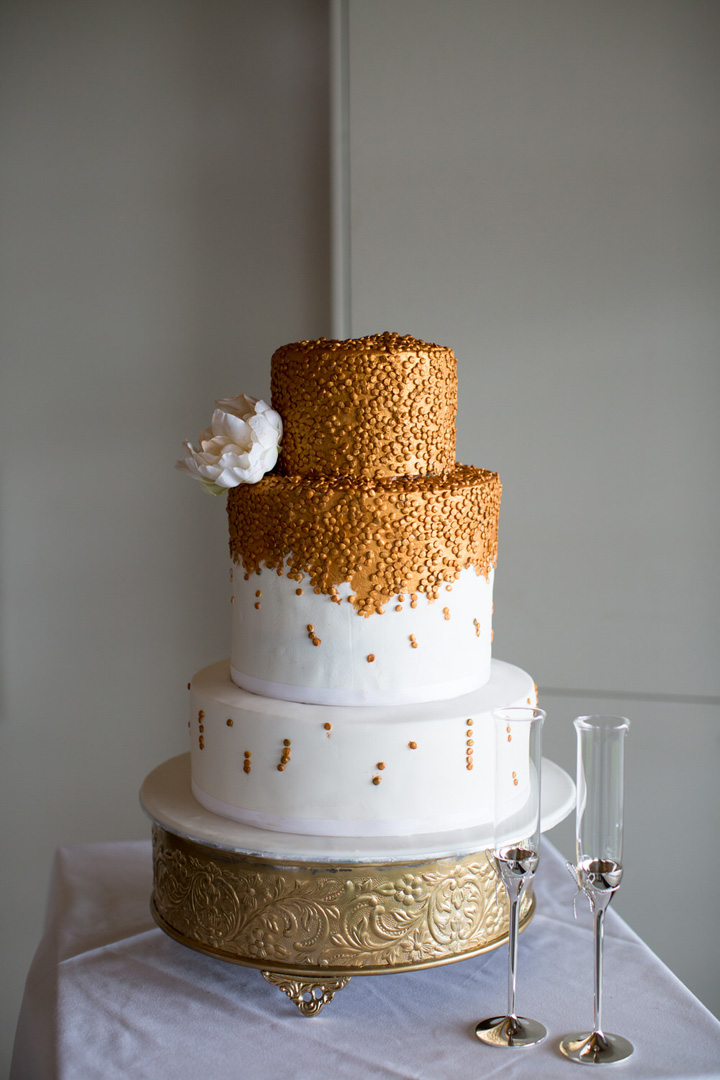 Beautiful white wedding cake with gold accents | itakeyou.co.uk #weddingcake #goldweddingcake #elegantwedding