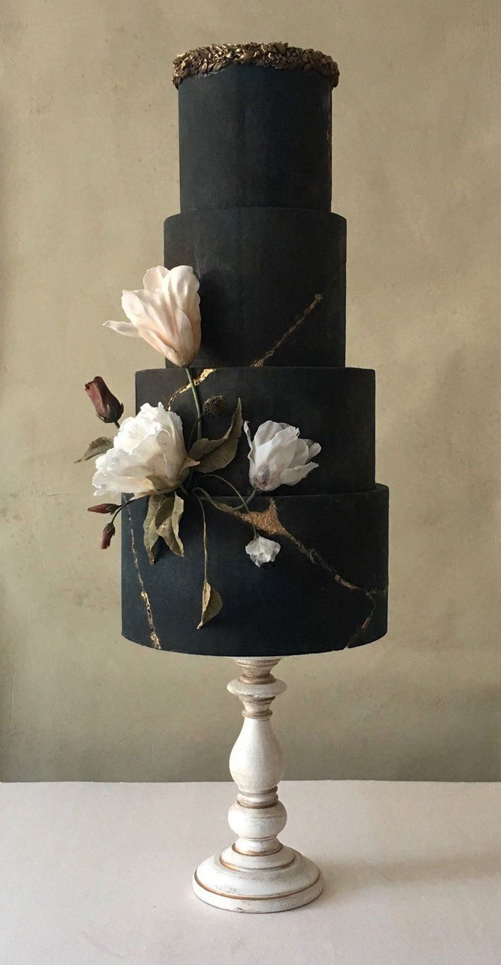 35 Breathtaking black wedding cakes for eternal couple