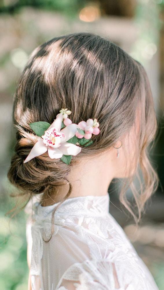 Hochzeitsfrisur, Hochsteckfrisur Brauthaar mit rosa Blumen